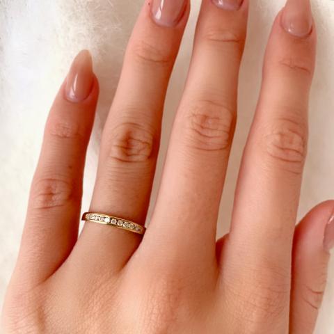 Smal hvid zirkon guld ring i 9 karat guld