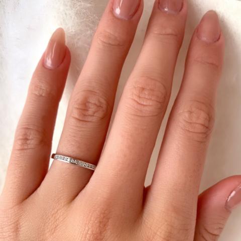 Fin ring i 9 karat hvidguld