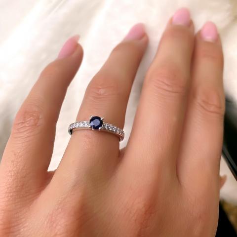 Fin blå safir ring i 14 karat hvidguld 0,20 ct